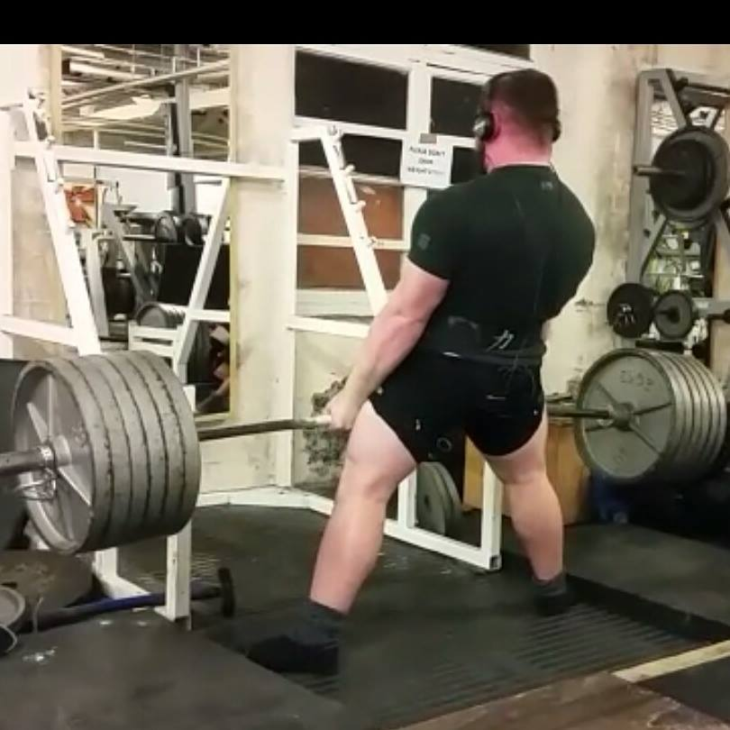 example of the sumo deadlift